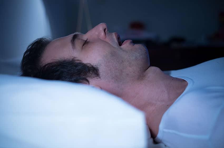 Les ronflements : causes et traitements associés